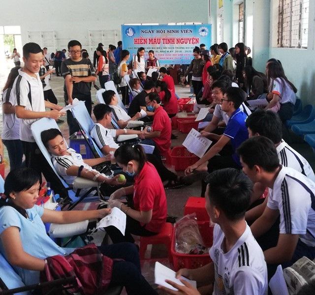 Đông đảo sinh viên tham gia hiến máu tình nguyện.