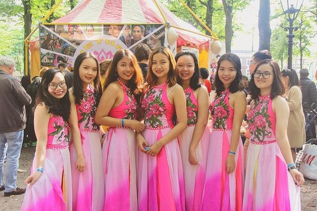 Các nữ du học sinh Việt mang đến lễ hội tiết mục múa Bèo dạt mây trôi.