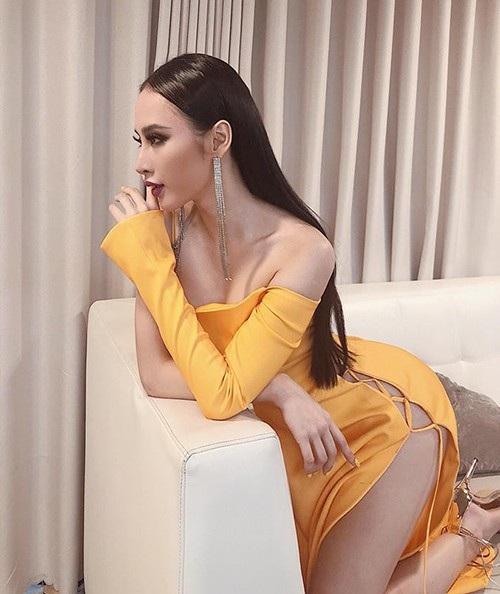 Angela Phương Trinh chia sẻ ảnh diện váy xẻ cao táo bạo, khoe trọn đôi chân dài và vòng eo khi đi họp fan.