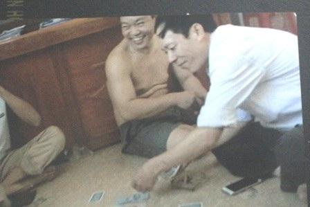 Hình ảnh các quan xã Định Liên đánh bạc được cắt từ clip