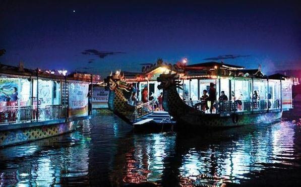 Thuyền rồng biểu diễn ca Huế trên sông Hương (ảnh: Internet)