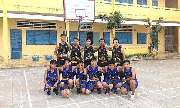 Đội bóng rổ trường THPT Phú Tâm bên bảng bóng rổ do thầy Phong tự chế.