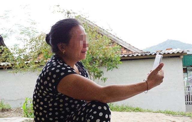 Bà Lương Thị M. nói chuyện với cô con gái hiện đã lấy chồng và sinh sống ở Trung Quốc thông qua ứng dụng trên điện thoại