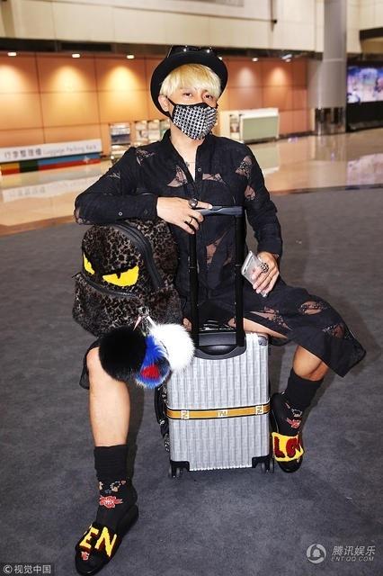 Ngôi sao một thời tự tin tạo dáng tại sân bay trong bộ đồ có phần lạc lõng với những người xung quanh.