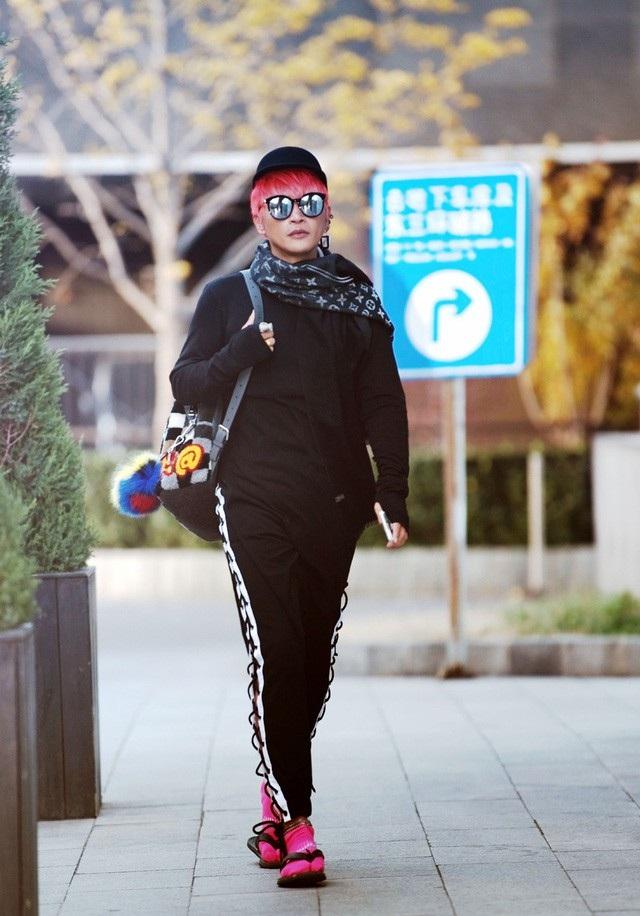 Những hình ảnh như thế này về Trần Chí Bằng xuất hiện trên truyền thông Hoa ngữ thường xuyên suốt 1 năm qua. Anh từng có thời gian nghiên cứu về thời trang tại Anh và muốn áp dụng những gì mình học được vào đời sống hàng ngày.