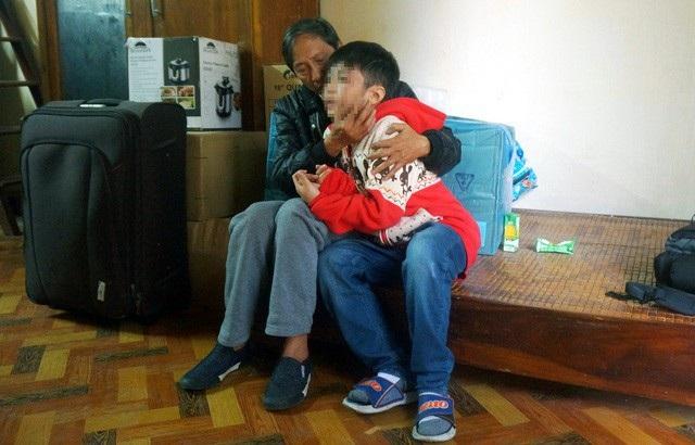 Một bé trai ở Hà Nội bị bố và mẹ ghẻ bạo hành gây chấn động dư luận. Trong ảnh: Cháu bé khi trở về nhà ngoại.