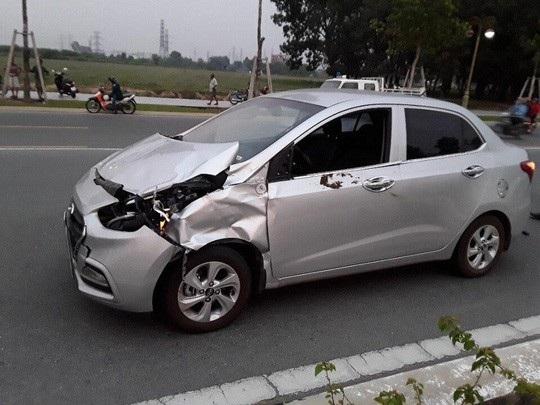 Chiếc xe của ông Tân hư hỏng nặng sau vụ tông vào bò, ước tính thiệt khoảng 100 triệu đồng.