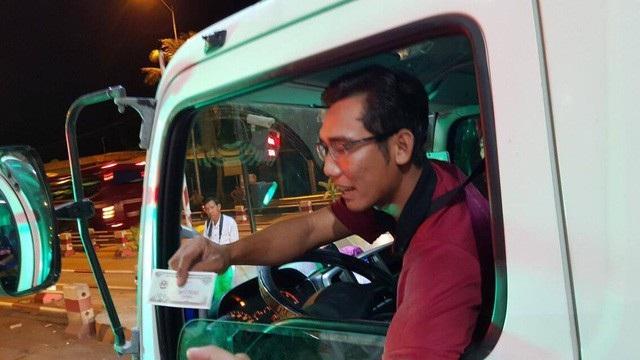 Một tài xế sử dụng tiền mệnh giá 100 đồng để thanh toán khi qua BOT Cai Lậy.