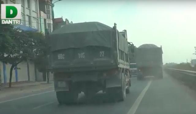 Những đoàn xe nối đuôi nhau đi nghênh ngang trên Quốc lộ tại tỉnh Bắc Giang.