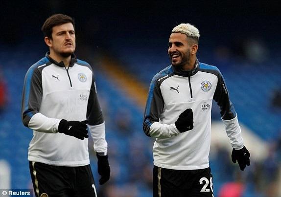 Các cầu thủ Leicester khởi động ở Stamford Bridge