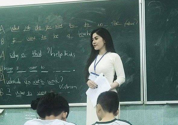 Cô giáo dạy Anh văn xinh đẹp được dân mạng chú ý thời gian gần đây