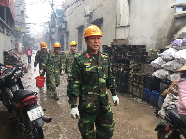 Lực lượng công binh thu lượm vỏ đạn