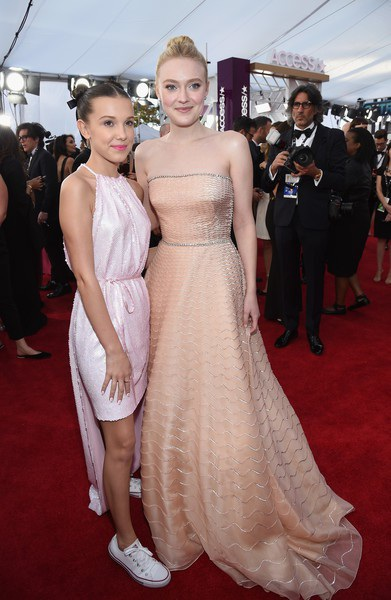 Millie Bobbie Brown và Dakota Fanning