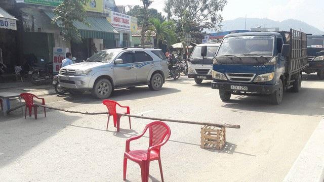 Người dân dùng bàn ghế, cây gỗ để chặn xe tải chở đất đá gây ô nhiễm trên đường Hoàng Văn Thái
