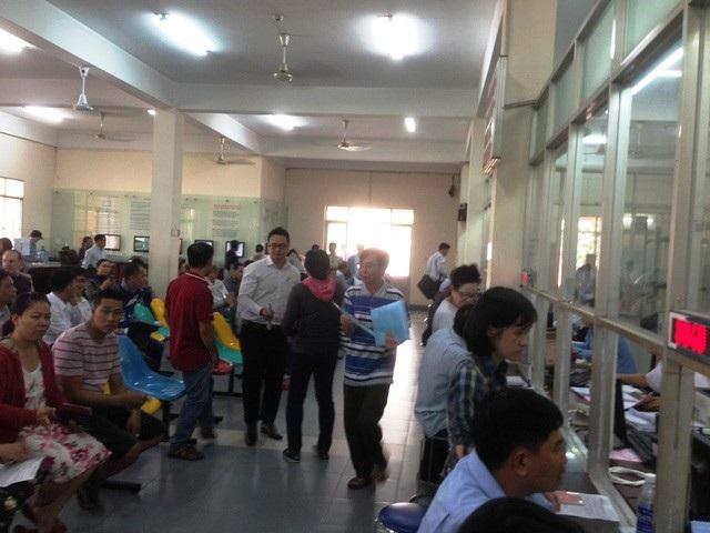 Người dân đến làm thủ tục tại chi nhánh Văn phòng đăng ký đất đai quận Tân Phú. Đây là địa phương có tỷ lệ hồ sơ nhà đất trễ hạn thuộc diện cao nhất thành phố