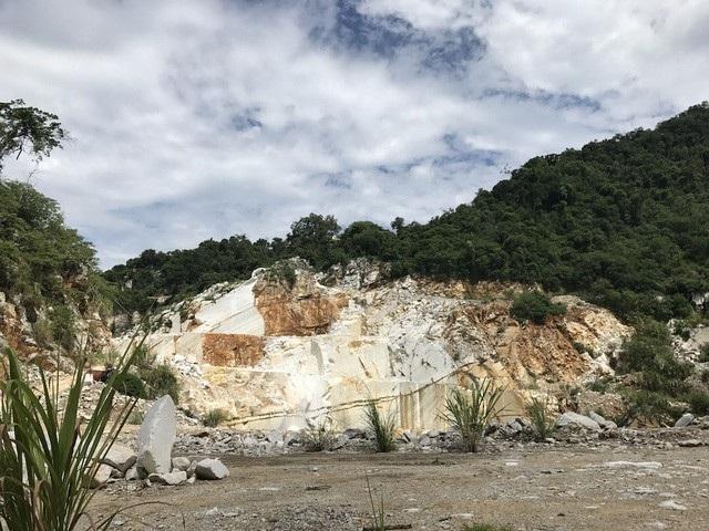 Một mỏ đá trắng của một Công ty Ấn Độ sang Việt Nam làm ăn khai thác đá đã hàng chục năm này trước nguy cơ bị phá sản bởi Thông tư 44. Mỏ đá này của Công ty Ấn Độ đã phải bóc sâu xuống dưới tầng đất, đá mới có thể thấy được vỉa đá trắng, nhưng chất lượng đá lại không như kỳ vọng.