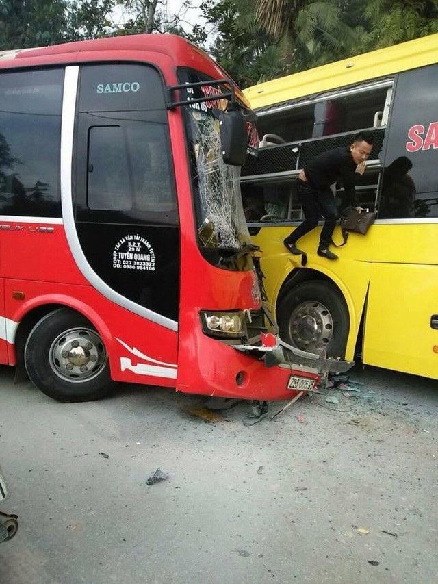 Chiều 11/1, hai xe khách khổ lớn bất ngờ đấu đầu nhau kinh hoàng trên quốc lộ 37, đoạn qua địa phận xã Phú Lâm, huyện Yên Sơn - Tuyên Quang. Cú va chạm mạnh khiến đầu 2 xe hư hỏng nặng, hành khách trên xe hoảng loạn vội phá cửa kính chui ra ngoài. Rất may, vụ tai nạn chỉ làm một người bị thương nặng.