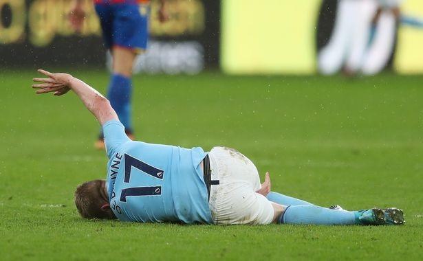 De Bruyne cũng đau đớn nằm sân sau khi bị đối thủ triệt hạ