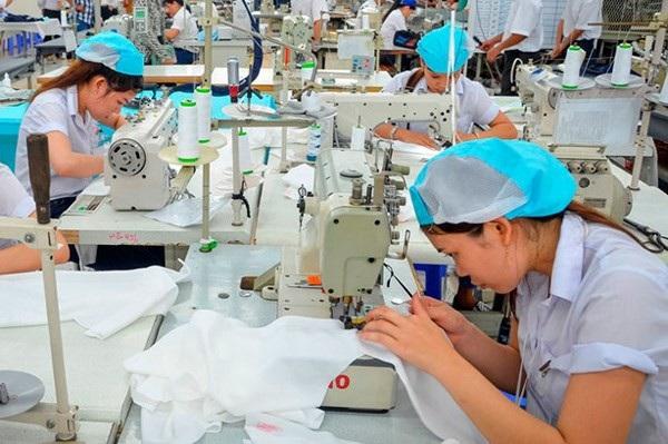 Tăng lương tối thiểu vùng khiến nhiều doanh nghiệp dệt may khó khăn(Ảnh: KT)
