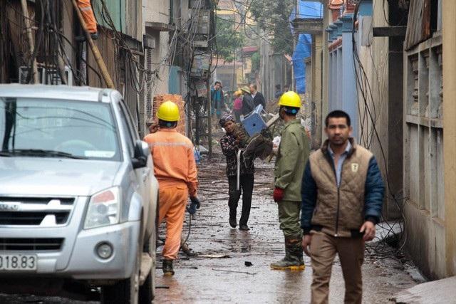 Hơn một ngày sau khi xảy ra vụ nổ kinh hoàng, người dân thôn Quan Độ (Văn Môn, Yên Phong, Bắc Ninh) vất vả dọn dẹp nhà cửa, lối xóm vẫn còn ngổn ngang đất đá, vật liệu. (Ảnh: Toàn Vũ)