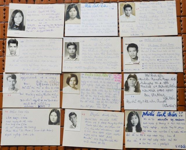 Phiếu sinh viên, lý lịch,... mà thầy Minh lưu giữ của rất nhiều học trò nhiều năm trước.