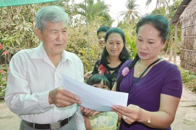 Nhiều học trò cũ xúc động khi xem lại những phiếu sinh viên, lý lịch,... hàng chục năm trước mà thầy Minh vẫn còn lưu giữ.