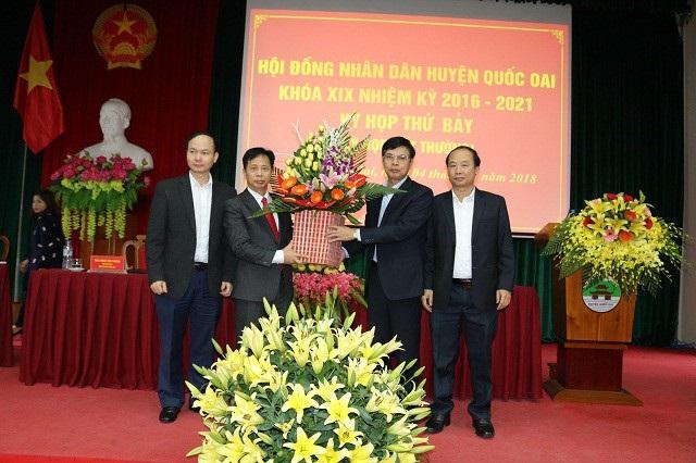 Ông Phùng Văn Dũng (thứ 2 từ trái qua) được bầu làm Chủ tịch HĐND huyện Quốc Oai nhiệm kỳ 2016-2021.