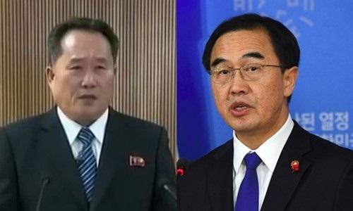 Ông Ri Son-gwon, chủ tịch Ủy ban Tái thống nhất Hòa bình liên Triều (trái), và Bộ trưởng Thống nhất Hàn Quốc Cho Myoung-gyon (Ảnh: AFP)