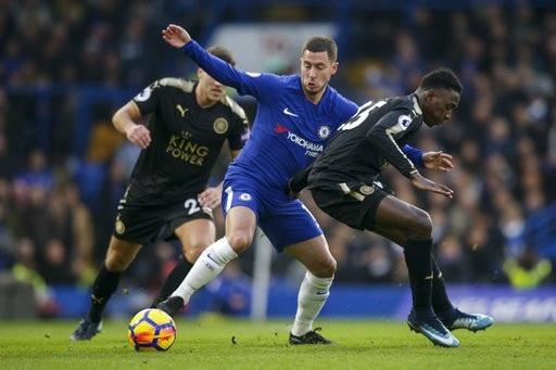 Hazard (giữa) thi đấu mờ nhạt nên sớm bị rút ra sân