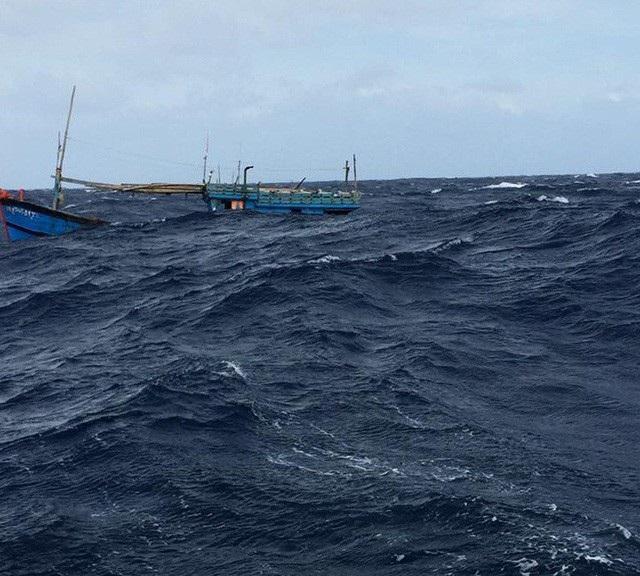 4 ngư dân trên tàu cá Bình Định bị chìm tại vùng biển Hoàng Sa đã được ngư dân Quảng Ngãi ứng cứu thành công