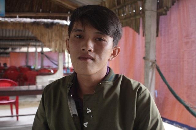 Trần Thanh Ron là 1 trong 5 người trên tàu cá Quảng Ngãi, ngư dân này đã lao mình xuống biển để cứu người