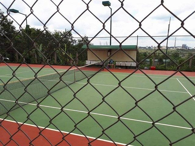 Sân tennis nằm sau tòa nhà trụ sở UBND xã Nhân Cơ
