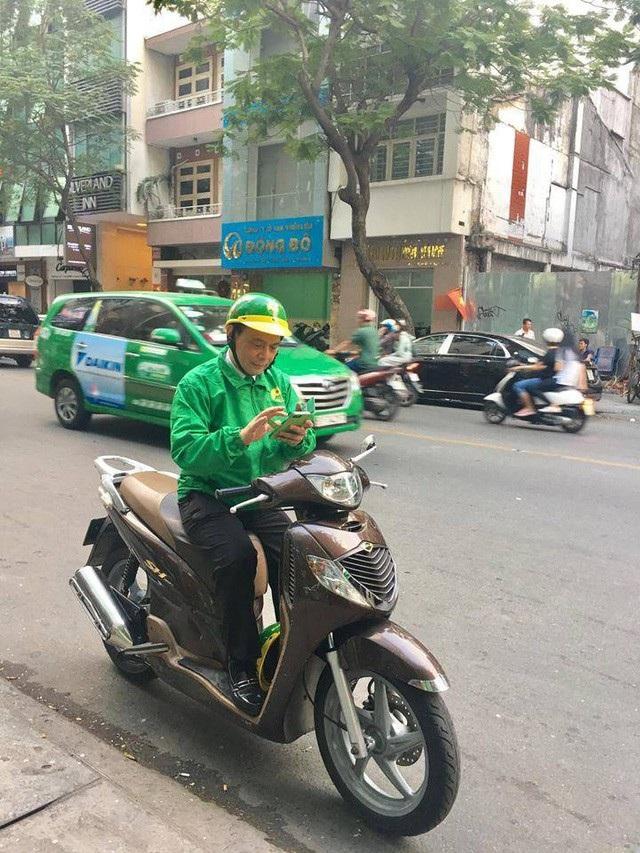 Ông Hồ Huy - Chủ tịch HĐQT của Mai Linh đích thân chạy xe ôm để phục vụ khách hàng.