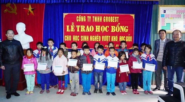 20 suất học bổng được trao cho các em học sinh Trường Tiểu học An Hòa (Quỳnh Lưu, Nghệ An)