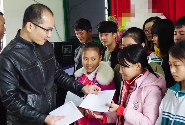 Trao học bổng Grobest Việt Nam đến với các em học sinh là con em đồng bào công giáo vượt khó học giỏi Trường THCS Quỳnh Thanh (Quỳnh Lưu, Nghệ An)