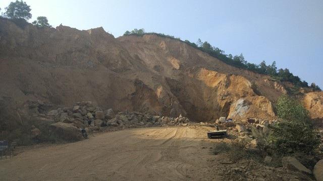 Dự án chống sạt, chưa thấy chống sạt đâu, chỉ thấy núi bị nhà thầu đào khoét không thương tiếc để vận chuyển đất ra ngoài bán - là một trong những sai phạm bị Thành ủy xem xét.