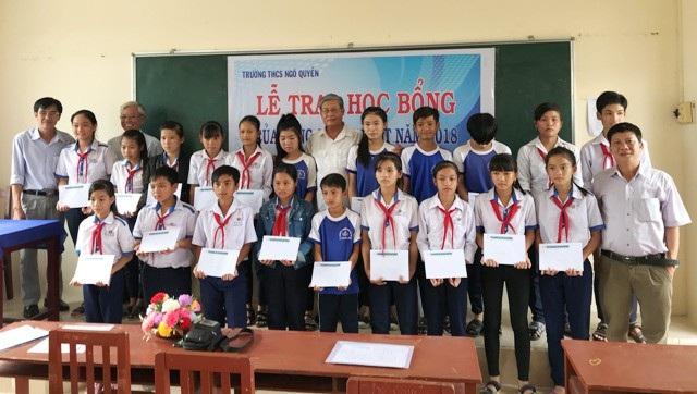 Trao học bổng Grobest cho học sinh Trường THCS Ngô Quyền.