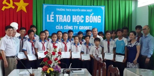 Đại diện Công ty Grobest và Hội Khuyế học tỉnh Bạc Liêu trao học bổng cho học sinh Trường THCS Nguyễn Minh Nhựt.