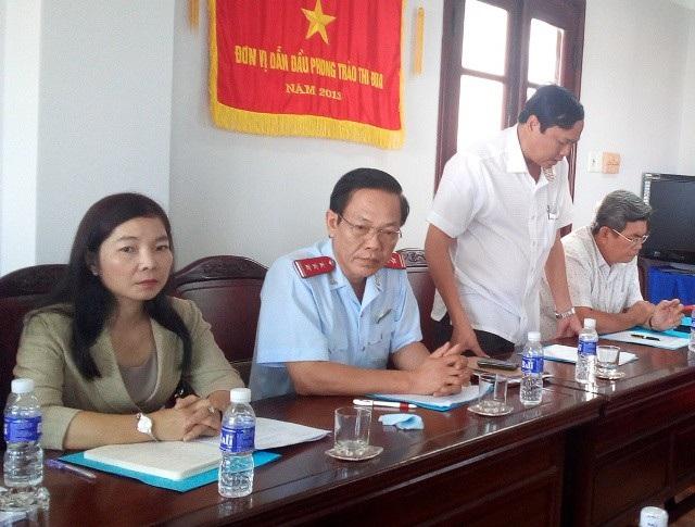 Ông Huỳnh Minh Ứng - Phó Chánh Thanh tra Nhà nước tỉnh Bạc Liêu (thứ 2 từ trái qua) cho biết dự kiến ngày 15/1 sẽ có báo cáo UBND tỉnh vụ quỹ người nghèo.