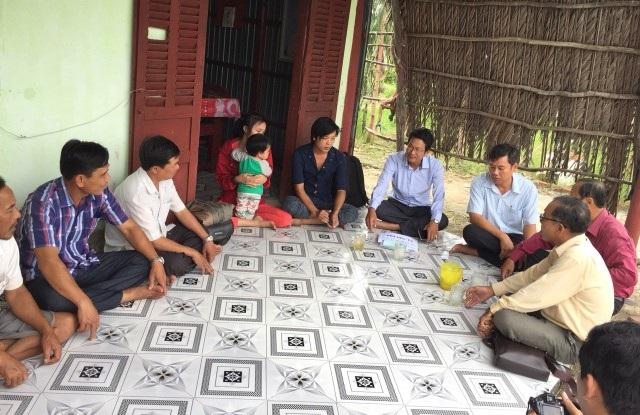 PV Dân trí cùng lãnh đạo chính quyền địa phương đến thăm gia đình anh Võ Quốc Cương ở xã Nguyễn Phích, huyện U Minh, tỉnh Cà Mau.