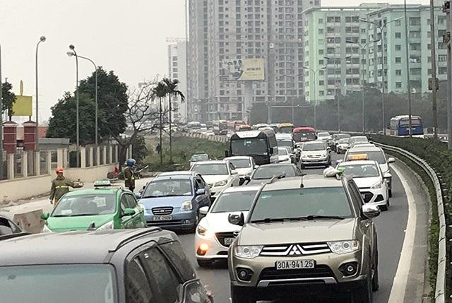 Đầu đường cao tốc Pháp Vân - Cầu Giẽ hướng về Hà Nội bị ùn ứ nhẹ trong chiều nay