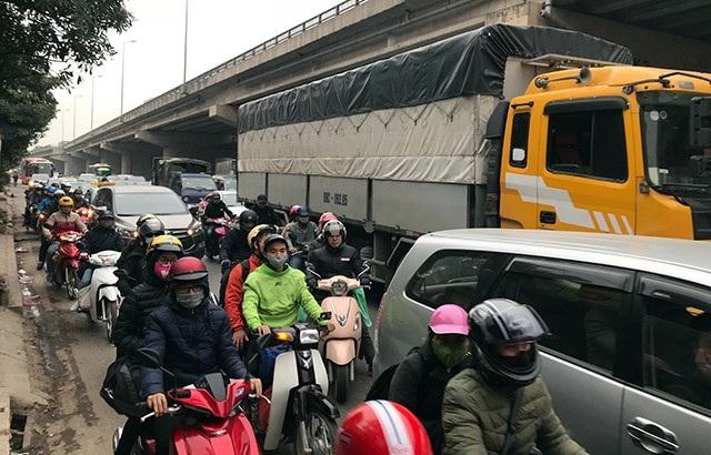 Cửa ngõ phía Nam Hà Nội hướng ra đường Giải Phóng cũng nóng cảnh ùn tắc giao thông.