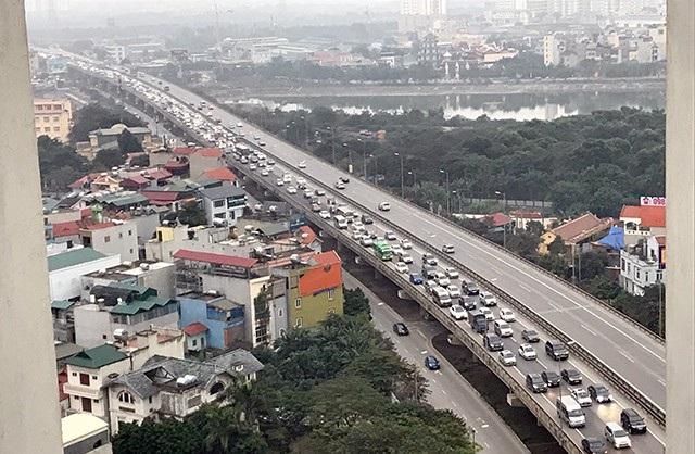 Chiều nay, hàng nghìn lượt người đổ về Thủ đô sau kỳ nghỉ Tết dương lịch khiến các tuyến đường phía Nam bị ùn tắc nghiêm trọng