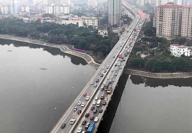 Đường trên cao hướng vào từ cao tốc Pháp Vân về Phạm Hùng luôn trong tình trạng quá tải
