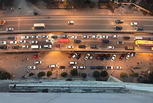 Hai làn đường trên cao luôn trong tình trạng đối lập về lưu lượng phương tiện giao thông trong chiều nay