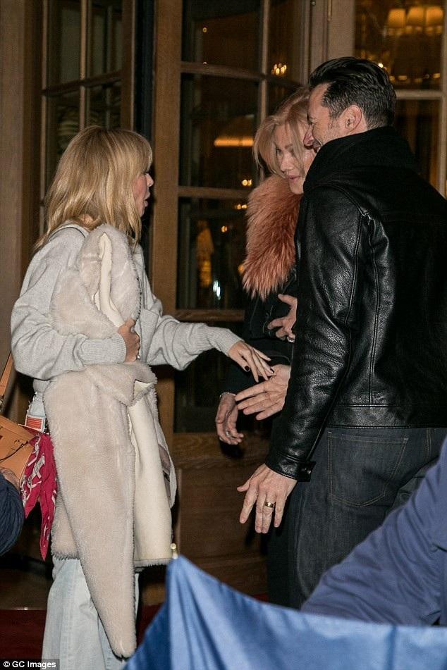 Hai vợ chồng Hugh vui vẻ chào hỏi nữ ca sĩ Kylie Minogue khi tình cờ gặp cô tại Paris.