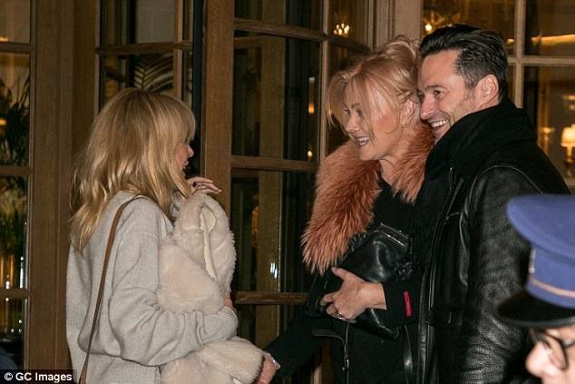 Kylie chúc vợ chồng Hugh có một kỳ nghỉ ngọt ngào tại Paris, Pháp.