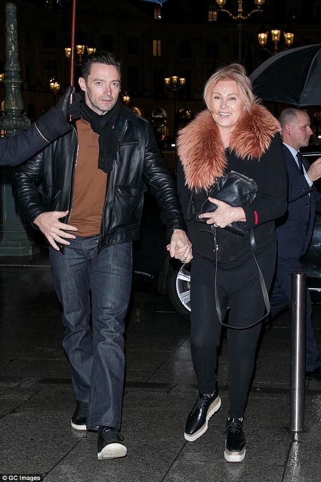 Vợ chồng Hugh Jackman và Deborra-Lee Furness thu hút sự chú ý của truyền thông khi họ xuất hiện cùng nhau tại Paris, Pháp, ngày 16/1. Cặp đôi đang tận hưởng kỳ nghỉ tại quốc gia châu Âu này nhân dịp năm mới.