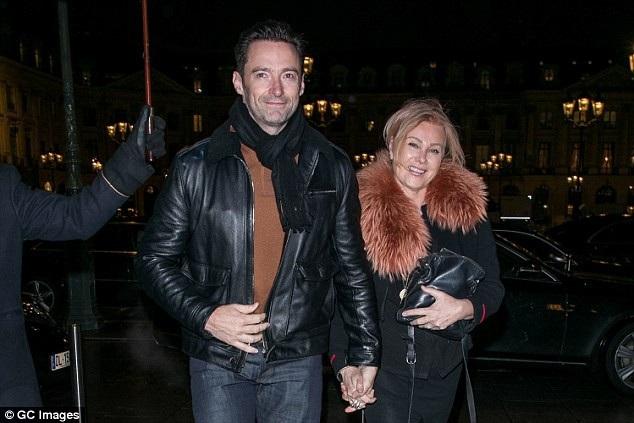 Jack Hughman nắm tay vợ rất tình cảm và dịu dàng. Mọi ánh mắt đều đổ về phía cặp vợ chồng nổi tiếng khi họ cùng đi dạo trên đường phố Paris.