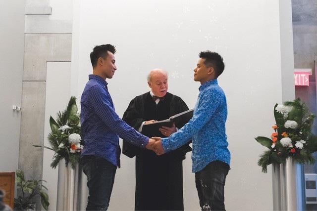 Với cặp đôi John Huy và Nhiệm Huỳnh, lần đăng ký kết hôn này có ý nghĩa vô cùng quan trọng, đánh dấu cuộc hôn nhân của cả hai được luật pháp công nhận.